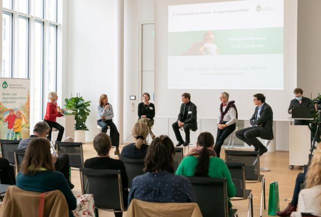 """Podiumsdiskussion """"Versorgung – Gelungenes und weitere Herausforderungen"""""""